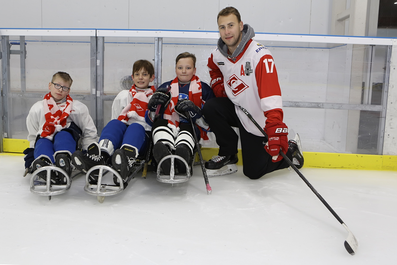 Артем Воронин провел тренировку с юными следж-хоккеистами
