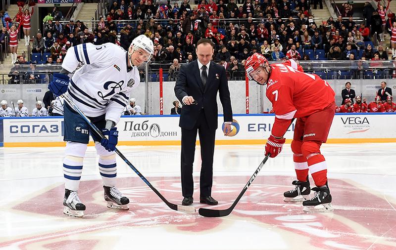 Сергей Рязанский делает символическое вбрасывание перед матчем «Спартак» - «Динамо»